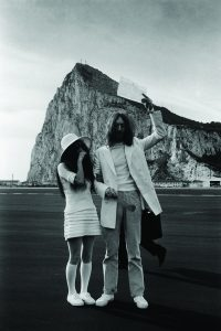 Yoko com o seu vestido de casamento no civil
