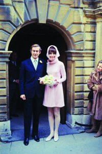 Audrey Hepburn com o seu vestido colorido de casamento civil