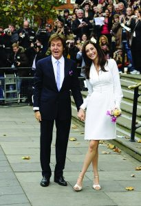Nancy com o seu vestido de casamento civil