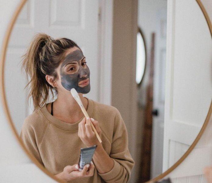 Dermatologista ensina máscara fácil caseira