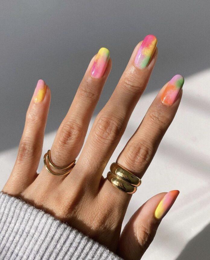 tie dye nas unhas